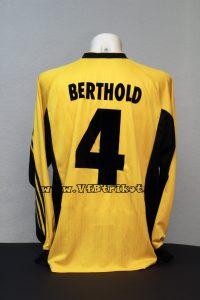 1998/99 - Thomas Berthold - UEFA-Cup (ohne Patch) - gelb - langarm - sehr seltenes Trikot. Mit diesem Trikot wurde nur In Rotterdam (ohne Patch) und in 2-3 Bundesliga Auswärtsspielen gespielt. Dieses gab es nicht als Fan-Version im Shop zu kaufen.